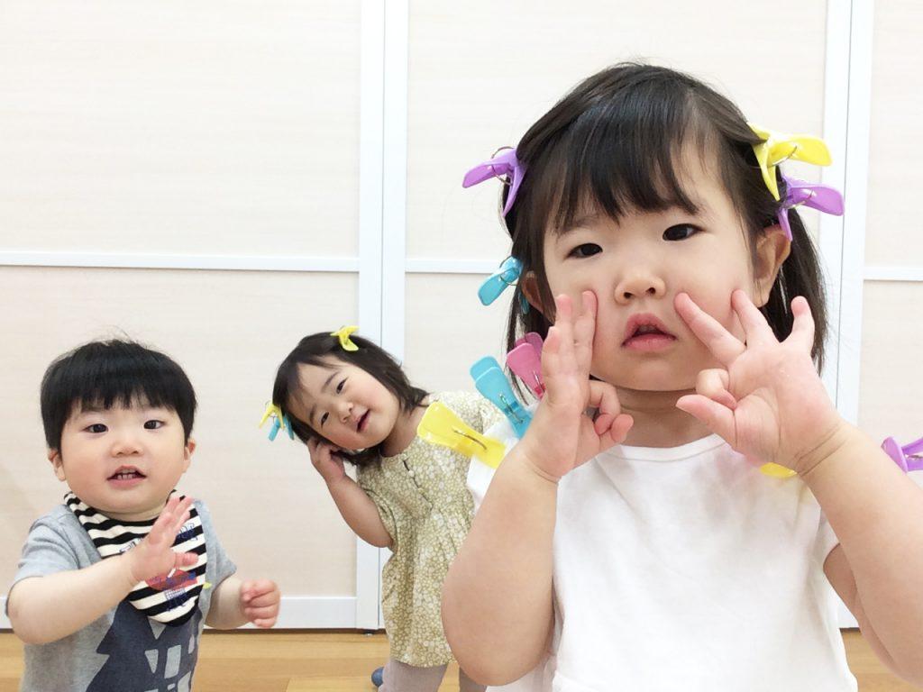 子どもたちがカメラ目線で決めポーズ