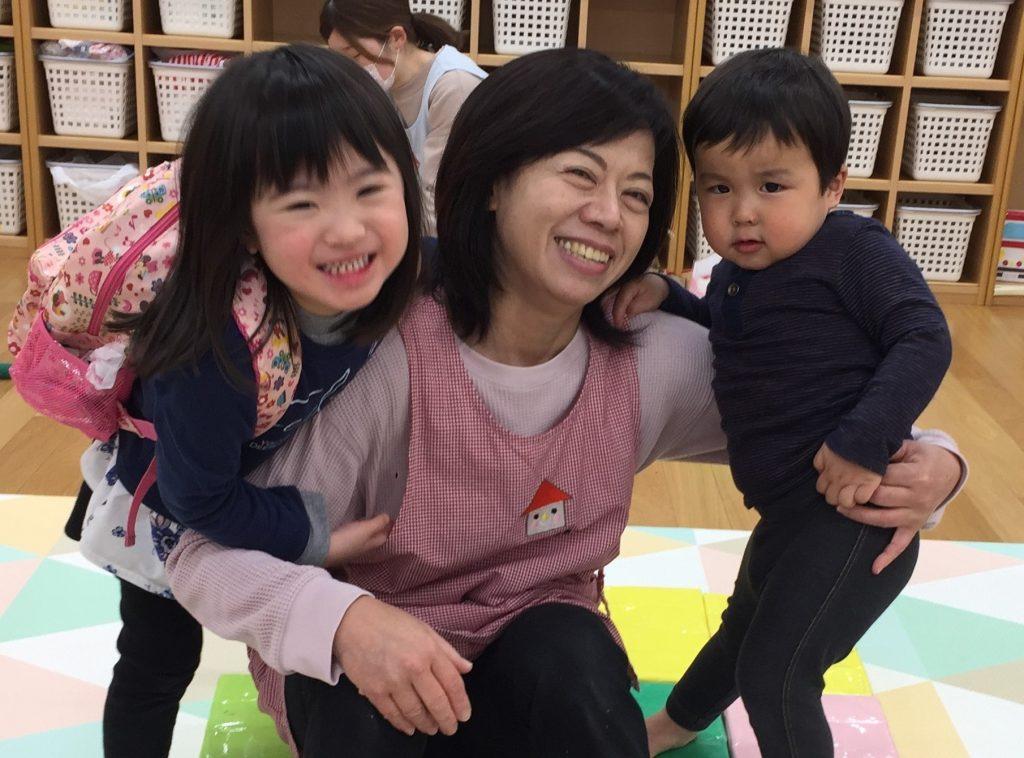 先生と子どもたちが仲良く写っている写真