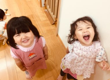 子どもたちがニコニコ笑っている写真