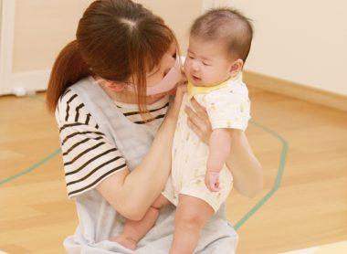 先生が赤ちゃんを抱っこしている様子