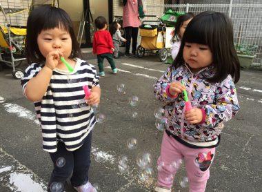 シャボン玉で遊んでいるお子さんたち