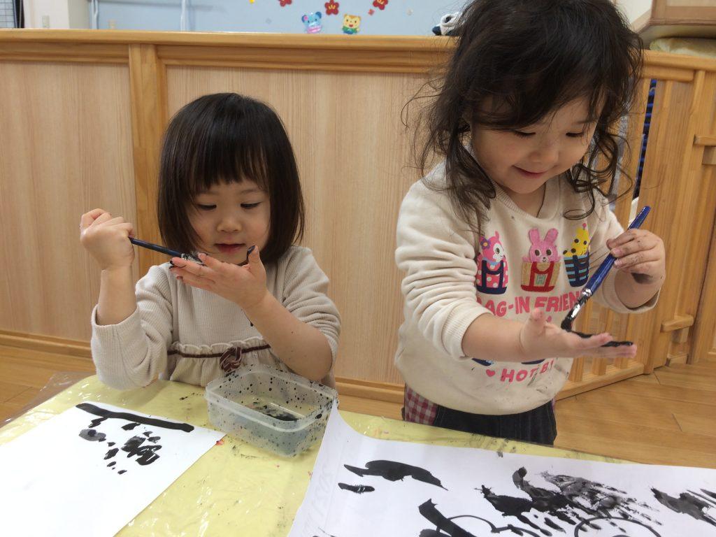書き初めを楽しむ子どもたち